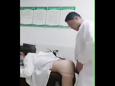 情欲急诊室 小护士被医生的大鸡巴磨蹭到逼逼超痒~...