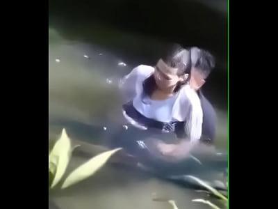 cap doi phang nhau duoi nuoc