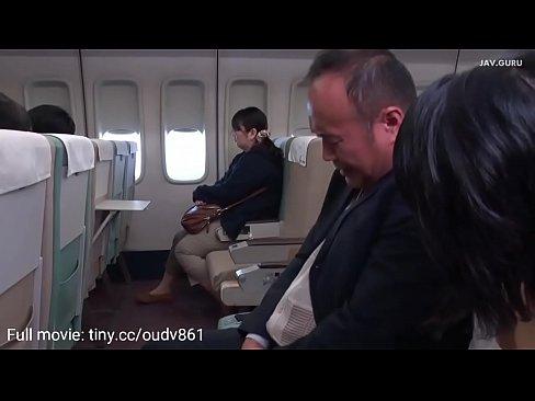 drie prachtige stewardessen pijpen naar de passagiers