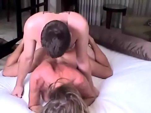 Szczęśliwa mamuśka zabawia się z młodym chłopakiem