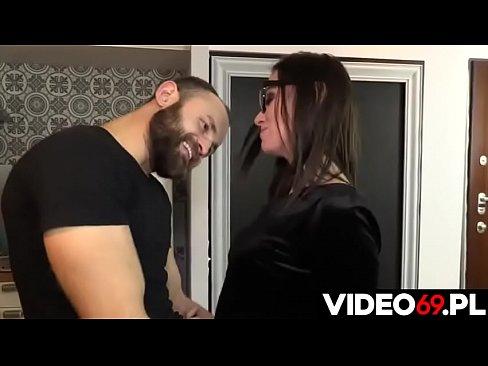 Polskie porno - Niespodzianka dla zimej zdziry w okularach