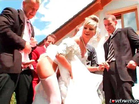 Порно трахают толпой невесту