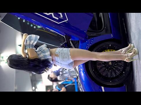 公众号【福利报社】性感可爱一体的韩国车模,超短牛仔