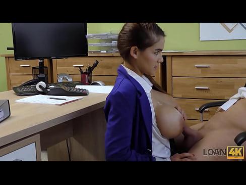 LOAN4K. Bankangestellter kann es kaum erwarten, seine Kunden mit riesigen falschen Titten zu sehen