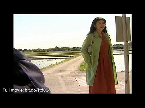 vrouw draagt geen ondergoed wachten op auto verleiden man