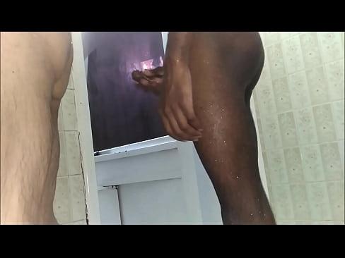 Brincadeira no banheiro com mijo, foda e gozada dentro