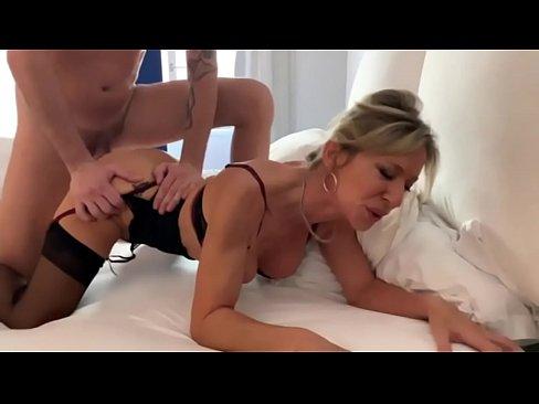 Marina la cougar francaise suce a l'hotel