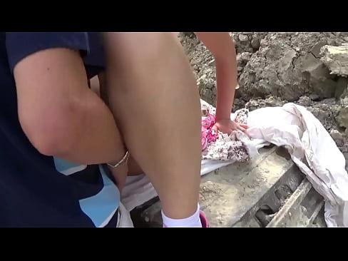 margherita fuxia scopata su un escavatore