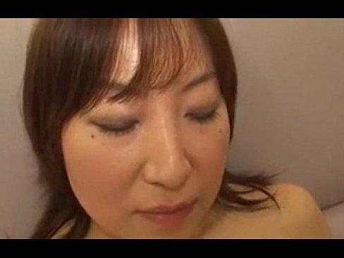 ちょっとだらしない身体の素人の人妻熟女がAV出演で無修正おまんこ晒して中出しされる!