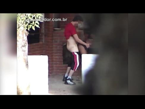 Casal jovem é flagrado fazendo sexo no quintal pelo avô do garoto