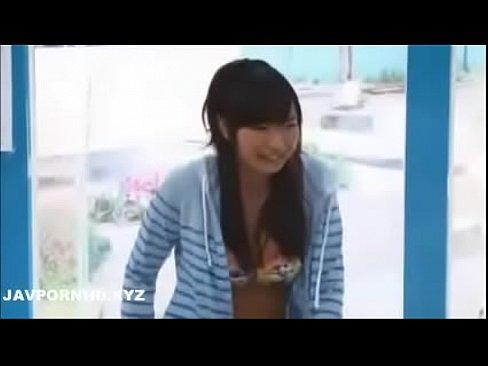 マジックミラー号に乗車した日焼け跡がたまらん(loli)ロリ美少女にHなマッサージを施してからの生本番 - エロヌキの無料エロ動画
