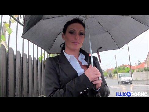 Elle invite deux inconnus chez elle... [Full Video]