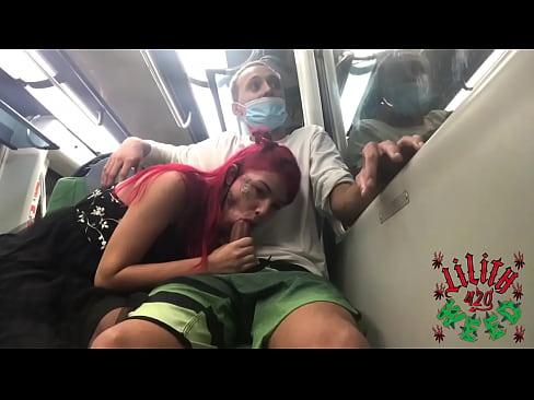 teen does blowjob in gifted in public on the train/adolecente faz boquete em dotado em publico no metro. Completo no VídeoRed