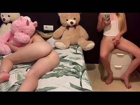 Adolescente se toca la vagina con su hermanastra al lado