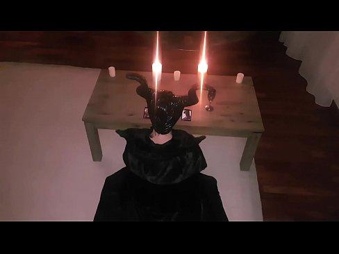Похотливая ведьма проводит продлевающий молодость ритуал - призывает большой сочный член и жадно сосет его, чтобы покрыть свое личико горячей пахучей спермой.