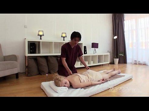 日本男児の按摩に大興奮の中欧ギャル 1