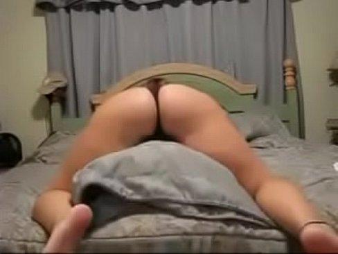 בחורה סקסית לבנה עם תחת ענק מנענעת אותו ורוקדת סקסי
