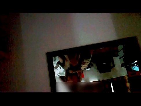 El vídeo de la niña chupando un bajalenguas que puede llevar su madre a la cárcel