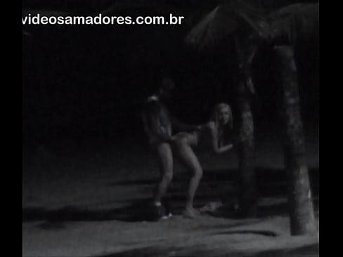 Homem é flagrado fodendo buceta de loira safada na praia
