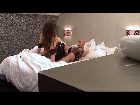Une psychologue en pleine consultation, rejoint son mari qui baise la servante.