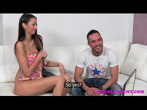 Elena Vega hulí kokota cizinci 7:33 · Porno hvězda líže koule dvěma klukům 12:10.