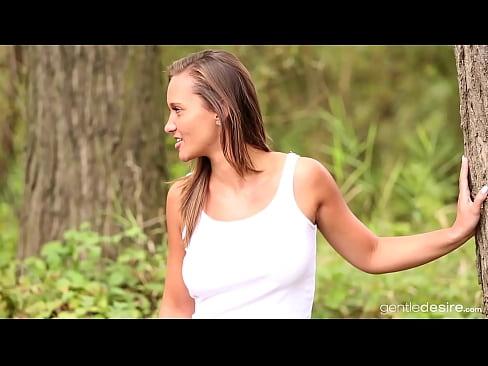 Entzückende Naomi Bennet genießt Sex am See in einem Wald