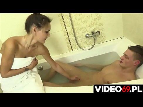 Polskie porno - Wanna, ciepła woda i dobra mamuśka