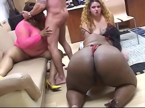 Two ebony BBWs and a white bitch share white hunk's cock in the living room