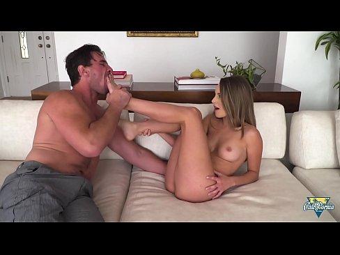 Kimmy Granger, la jolie femme fontaine aime le sexe hard