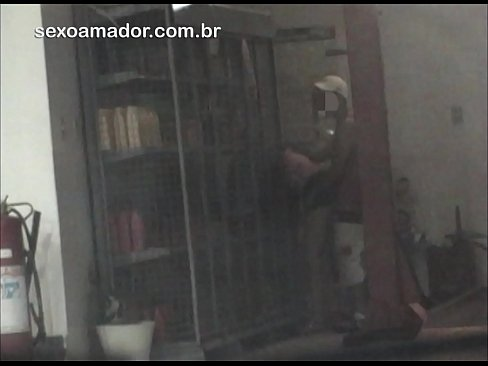 Cliente flagra homem fodendo mulher em área de circulação em posto de gasolina