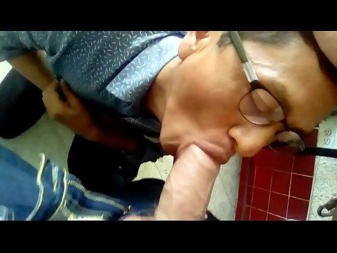 Señor hetero curioso mamando mi verga en internet público