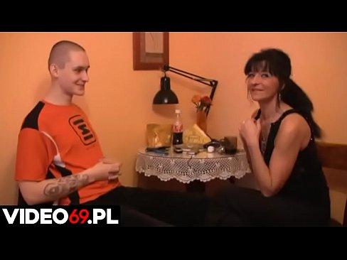 Polskie porno - Młody chłopak i dojrzała mamuśka