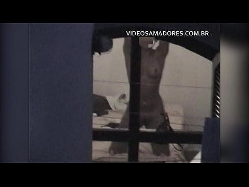 Rapaz grava vídeo da vizinha exibicionista que o provoca com putaria diariamente