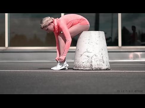 Masturbieren Blondine Öffentlich Strip Mädchen masturbiert