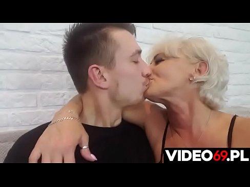 Polskie porno - Młodzieniec bzyka cycatą mamuśkę