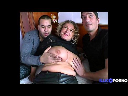 Lou, mature salope à forte poitrine baise deux jeunes