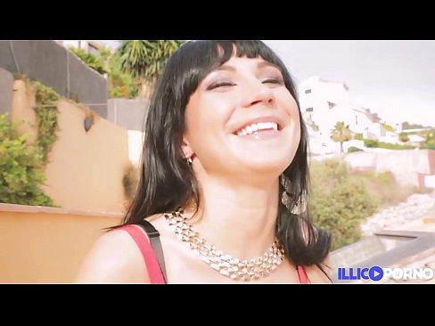 Valentina Ricci fait ses débuts dans le porno