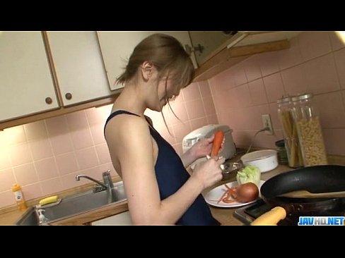 美人女優飼育計畫 露點泳裝生活 射精在紅茶和沙拉內讓她吃