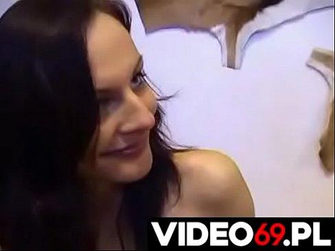 Polskie porno - Ta młoda dupcia zna się naprawdę na wszystkim co gosposia wiedzieć powinna