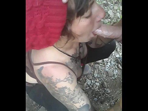 Lumia lux puta argentina haciendo pete en el bosque