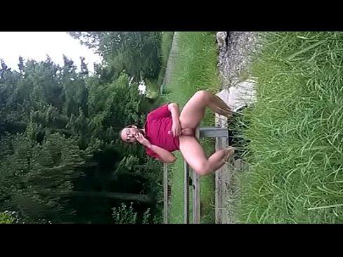 Safado tocando punheta sentado no banco do parque-9 min