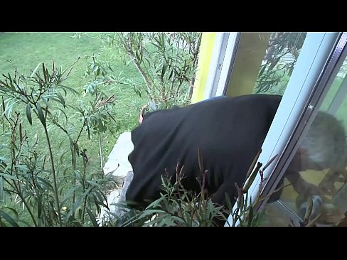 Die Nachbarin überrascht und gleich die geile Sau gefickt