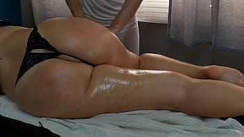 Big Booty Step Mom Enjoys Massage by Son's Masseur Friend and the Father Knows it 14分钟