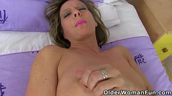 Streaming Video UK milf Silky Thighs Lou works her hard nipples and pink cunt - XLXX.video