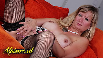 Streaming Video Sexy Mom Loves To Please Her Wet Pussy Anytime & Anywhere - XLXX.video