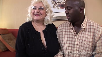 Grandma w Fat Ass does her 1st BBC in Hot Granny Video 20分钟