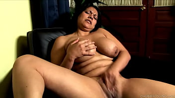 Cute chubby brunette with nice big natural tits fucks her juicy fat pussy 10分钟