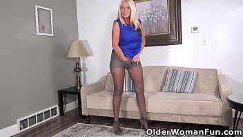 Well rounded milf Maddie Cross fingers in nylons