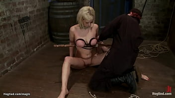 Blond gets crotch rope and fist 5分钟