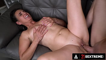 21 SEXTREME - The Hot Granny Next Door Begs Ripped Stallion For An INSANE Facial 13分钟